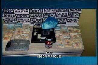 PM apreende cerca de R$ 50 mil e jovens são presas em Araxá - Elas são suspeitas de associação ao tráfico de drogas. Um adolescente também foi apreendido; caso registrado foi nesta segunda (13).