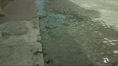 Água limpa é desperdiçada no Bairro Divinópolis, em Caruaru - Segundo os moradores do local, água é desperdiçada há mais de uma semana.