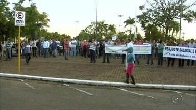 Funcionários públicos de Ilha Solteira protestam por reajuste salarial - Cerca de 300 funcionários públicos da prefeitura de Ilha Solteira (SP) se reuniram nesta terça-feira (14) na praça dos Paiaguás para protestarem contra reajuste salarial.