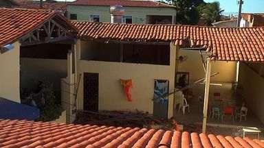 Parte de teto de escola cai em Fortaleza e fere cinco alunos - Teto caiu quando crianças praticavam slackline atada a colunas da unidade.