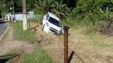 Jovem é baleado e preso durante assalto em Resende, RJ - Motorista de um carro e assaltante tiveram que ser levados para o hospital.