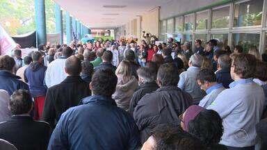 Médicos, enfermeiros e sindicalistas se reúnem em Porto Alegre e pedem reajuste salarial - Funcionários de várias partes do RS estão em estado de greve.