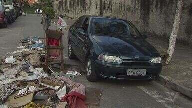 Moradores protestam após lixo se acumular em ruas de São Vicente - Problema já ocorre há meses e detritos se acumulam em todas as regiões da cidade.