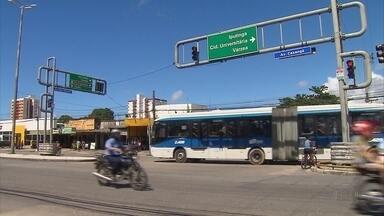 Assaltantes armados roubam passageiros dentro de ônibus da linha CDU/Várzea, no Recife - Ocorrência aconteceu na noite da última terça (14) e assustou quem mora no Cordeiro, na Zona Oeste, bairro que integra a rota do coletivo