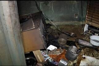 Homem incendeia casa após brigar com a mulher em Montes Claros - Bombeiros levaram duas horas e meia para apagar as chamas.