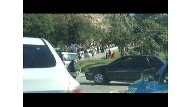 Professores fecham principal ponte de Cabo Frio em protesto a pagamentos atrasados - Pagamentos podem ser parcelados.