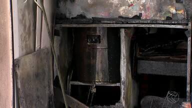 Bombeiros combatem incêndio em lanchonete no Centro de Juiz de Fora - Estabelecimento fica na Avenida Getúlio Vargas.Proprietário disse aos Bombeiros que fogo começou em fritadeira elétrica.