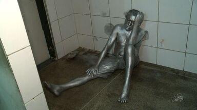 Estátua viva é presa por suspeita de agredir homem com tesoura em Fortaleza - Homem já tinha passagem na polícia por outros crimes.