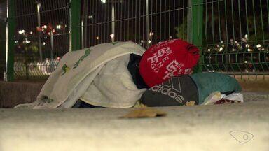 Solidariedade é saída para noites de frio nas ruas da Grande Vitória - Voluntários doam agasalhos em vários pontos da região Metropolitana.G1 listou os locais para doação de agasalhos e cobertores.