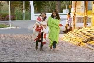 Frio chega em cidades do Sul de Minas - Para suportar o frio, estudantes se enrolam em cobertores em Caldas.