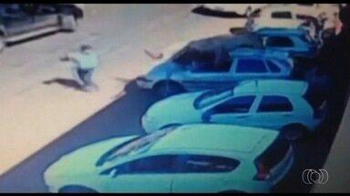 Cavalo dispara em cavalgada e pula em cima de carro em Quirinópolis, em Goiás - Organização diz que 2 mil pessoas acompanhavam evento, em Quirinópolis. Imagem mostra homem quase sendo pisoteado pelo animal descontrolado.