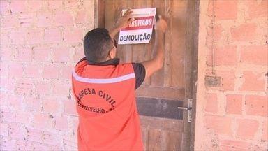 Defesa Civil tem dificuldade para demolir casas interditadas em Porto Velho - Imóveis foram interditados após cheia histórica do rio Madeira.