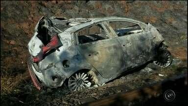 Corpo é encontrado dentro de carro queimado em rodovia de Manduri - Uma pessoa foi encontrada morta dentro de um carro queimado na rodovia vicinal Miguel Marvulo, em Manduri (SP), na noite desta terça-feira (14). O veículo estava em uma ribanceira de cinco metros, perto de um canavial próximo ao trevo de São Berto, na altura do quilômetro 8.