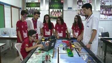 Grupo de estudantes inventa solução criativa para ajudar em reciclagem no ES - A ideia valeu uma vaga em uma competição internacional de robôs.