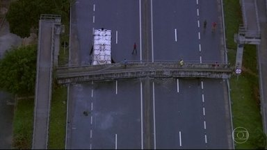 Carreta bate em passarela na Rodovia Rio-Santos, em Itaguaí - A estrutura da passarela caiu e as pistas nos dois sentidos estão interditadas.