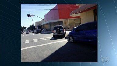 Motoristas são flagrados cometendo infrações de trânsito, em Goiânia - Condutor estaciona sobre a faixa de pedestre e atrapalhando o cruzamento.
