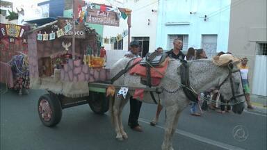 Desfile de carroças abre comemorações do São João de Patos, na Paraíba - Veja como foram as comemorações.