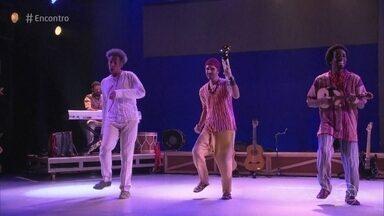 Musical celebra 50 anos de carreira de Gilberto Gil - Fátima lembra que o cantor está internado para se tratar de insuficiência renal e deseja pronta recuperação para Gil