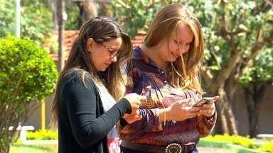 Todo mundo conectado - A praça da igreja matriz em Turiúba é o ponto de encontro da galerinha que gosta de navegar na internet e o motivo é obvio: internet de graça! E o Revista dá dicas para você aproveitar com segurança essas redes abertas.