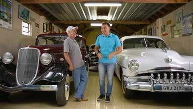 Mário conhece acumulador de peças e carros antigos de Juiz de Fora - Apresentador ficou impressionado com os automóveis do mineiro; matéria foi exibida no Tô Indo deste sábado (25)
