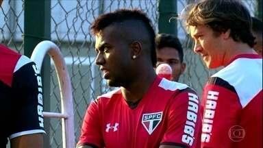 São Paulo ficará sem Kelvin por um mês e apresenta o atacante Cueva - Time enfrenta o Santos neste domingo