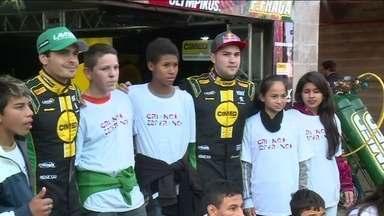 Corrida da Stock Car dá carona para o Criança Esperança na etapa da Tarumã - Crianças de projeto social visitam os boxes das equipes e curtem dia inesqueícvel com pilotos