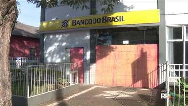 Moradores de cidades pequenas sofrem com restrições nos serviços bancários - Em muitas cidades, as agências estão com atendimento parcial, devido à ação de assaltantes.