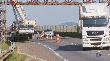 Fernão Dias é interditada para instalação de passarela no Sul de MG - Fernão Dias é interditada para instalação de passarela no Sul de MG