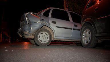 Motorista atinge dois carros estacionados e foge em Cuiabá - Motorista bêbado perde o controle, atinge dois carros estacionados e foge.