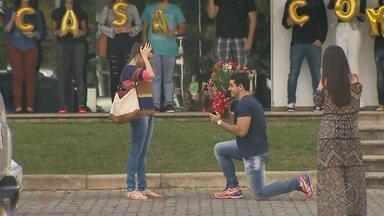 Reportagem do MGTV flagra pedido de casamento na UFJF - Advogado Rhayan Miranda surpreende a namorada, a administradora de empresas Camila Martins, com pedido no restaurante da universidade.