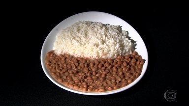 Alta do preço do feijão faz brasileiros mudarem cardápio tradicional - Nos últimos 12 meses, o preço do feijão carioca já subiu mais de 58%. Por isso, tem muita gente deixando de lado o habitual feijão com arroz.