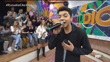 "Wagner Barreto canta música do novo CD no Estúdio C - O campeão do The Voice Kids solta a voz com o clássico ""Disparada"""