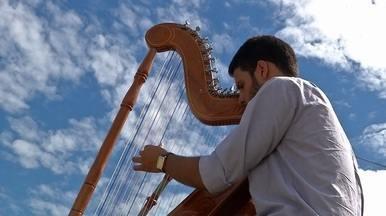Abrimos o programa com o harpista Rafael Deboleto - Abrimos o programa com o harpista Rafael Deboleto