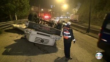 Caminhão capota na Alameda São Boaventura, em Niterói - O motorista do caminhão morreu no acidente durante a madrugada desta quinta-feira (30). Apenas uma faixa está liberada ao trânsito no sentido Niterói.