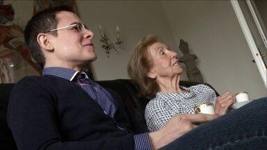 Associação francesa abriga jovens estudantes em casa de idosos que vivem sozinhos - Os jovens economizam dinheiro do aluguel, em compensação, ajudam nas tarefas domésticas e fazem companhia para os idosos.