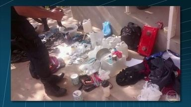 Policiais da UPP Tabajaras encontram casa usada como ponto de venda de drogas - Ao chegar no local, os agentes apreenderam cinco balanças de precisão e drogas como loló, cocaína e ecstasy. Também foram encontradas três mochilas com fardas parecidas com as do exército e outros materiais usado por traficantes.