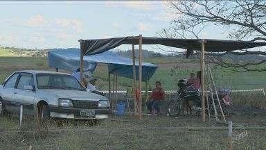 Famílias protestam contra desocupação em terreno de Santo Antônio de Posse - A ocupação ocorreu no último sábado (2) e reuniu mais de 200 famílias. Segundo a prefeitura, o local invadido é uma área de proteção ambiental.