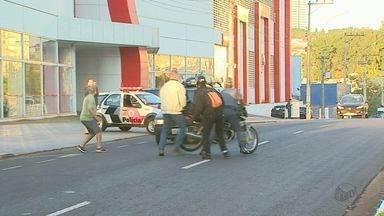 Reportagem da EPTV flagra acidente ao noticiar colisão em Ribeirão Preto, SP - Ao vivo, carro quase atropela motociclista enquanto era socorrido por policial.