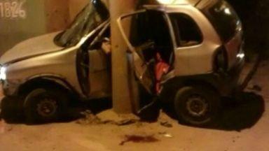 Suspeito morre em acidente após perseguição policial, em Cachoeiro, Sul do ES - Criminosos tinham acabado de roubar um carro. Na fuga, eles bateram em um poste.