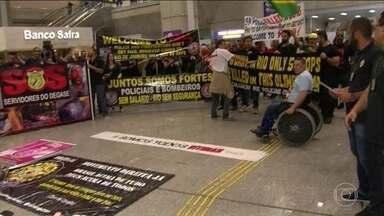Policiais civis, militares e bombeiros do RJ protestam contra atraso nos salários - Manifestantes tomaram o saguão do aeroporto Internacional Tom Jobim, na Iha do Governador.