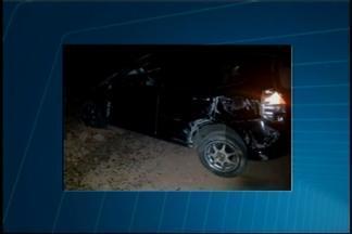 Veículo roubado capota e suspeito de assalto morre em Divinópolis - Carro foi roubado por dupla na Rua Pitangui, na madrugada de domingo (3). Outro suspeito foi detido horas depois nas proximidades de um hospital.