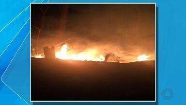 Telespectadores filmam incêndio no Morro da Luz, em Cuiabá - Telespectadores dizem que o incêndio teria começado depois de uma queima de fogos