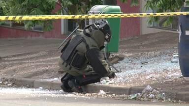 Bandidos explodem banco em Tapira e na fuga deixam explosivos para trás - Antes de explodir a agência do Bradesco, os bandidos tentaram assaltar outras duas agências na cidade. O esquadrão anti-bombas foi chamado para desarmar o explosivo deixado na fuga.