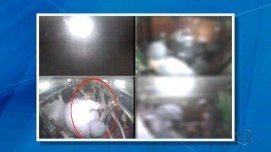 Veja imagens da baderna que adolescentes fizeram em ônibus em Campo Grande - Cerca de 60 adolescentes foram parar na delegacia depois de fazerem baderna dentro de um ônibus em Campo Grande. O MSTV teve acesso às imagens do que eles fizeram no domingo à noite (3).