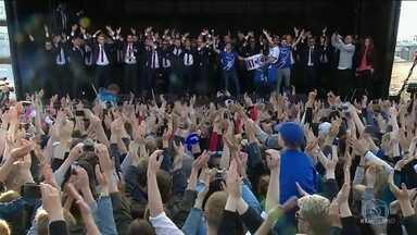 Seleção da Islândia volta ao país e é recebida com saudação característica - Torcida faz muita festa com jogadores.