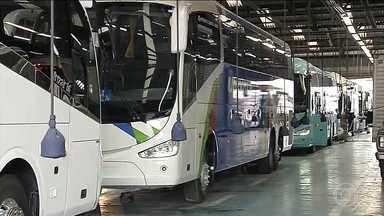Produção de ônibus cai quase 40% no Brasil - A Comil, uma empresa que abriu há dois anos fechou em janeiro a unidade em Lorena, por causa da crise. Demitiu 220 funcionários. Vale do Paraíba é uma região com grande produção do setor produtivo.