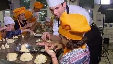 """Crianças põem a mão na massa e viram """"mini-chefs"""" em colônia de férias - Pequenos aprenderam a fazer coxinhas de forno em curso oferecido pelo Senac"""