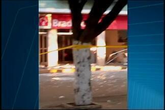 Grupo explode caixas eletrônicos em agência de Igaratinga - Caso aconteceu na madrugada desta terça (5); ninguém foi preso. Gate foi acionado para detonar explosivo deixado no local.