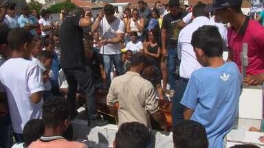 Corpo de professora morta a facadas em Riachão do Jacuípe é enterrado sob forte comoção - A polícia já ouviu quatro pessoas que podem ajudar nas investigações do crime. a hipótese de latrocínio (roubo seguido de morte) foi descartada.