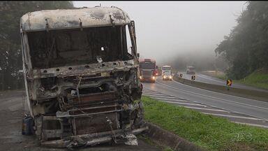 Sobe para seis o número de mortos em acidente com caminhão-tanque na BR-277 - O caminhão estava carregado com etanol e explodiu. Acidente foi no fim da tarde de domingo.